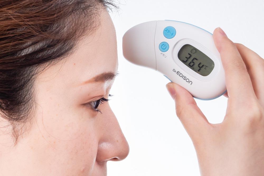 Dr.EDISON ドクターエジソンの体温計 さっと測れる2way体温計で検温する女性