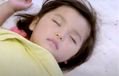 体調不良 眠る女の子